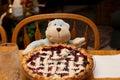 Volledig berry pie ready om door toy monkey voor een maaltijd te eten Royalty-vrije Stock Afbeeldingen