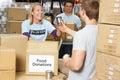 Dobrovoľníci zberný jedlo dary v sklad