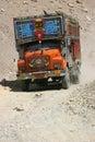 Vrachtwagen op sporen Ladakh Stock Fotografie