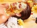 Vrouw die gezichtsmasker krijgt. Stock Afbeeldingen