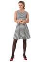 Vrouw die kort mini dress with arms folded modelleren Stock Foto