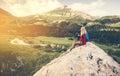Vrouw en man reizigers die op top de levensstijl van de wandelingsreis ontspannen Royalty-vrije Stock Foto