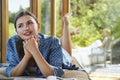 Vrouw met handen clasped aan chin lying on couch Royalty-vrije Stock Foto