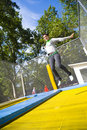 Vrouw in mid-air op trampoline Stock Foto