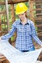 Vrouwelijke architect houten analyzing blueprint in Stock Foto
