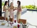 Vrouwelijke vrienden met champagne flutes at dinner party Royalty-vrije Stock Foto's