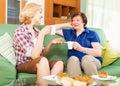 Vrouwencollega s die thee drinken en tijdens pauze voor lunch spreken Stock Foto