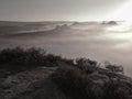 Vue dans la vallée brumeuse profonde au dessus des touffes de bruyère les crêtes de colline accrues de l automne la campagne Photo stock