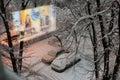 Vue de début de la matinée de la fenêtre avec l abondance de la neige Photos stock