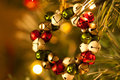 Vue de face de décoration de jingle bell wreath christmas tree Image stock