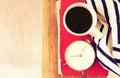 Vue supérieure de tasse de café de vieux livre d horloge et de couverture au dessus de table en bois image filtrée Photographie stock libre de droits