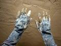 Vuile grunge gloves handen op de muur van het cementmortier Royalty-vrije Stock Foto