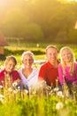 W lato łące szczęśliwy rodzinny obsiadanie Fotografia Royalty Free