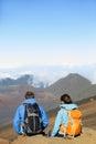 Wandelaars mensen die zitting wandelen die top van bovenkant genieten Royalty-vrije Stock Fotografie