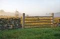 Wapnia płotowy i mglisty landscape tn Zdjęcie Stock