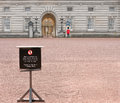 Warning notice in buckingham palace yard it is a criminal offence to trespass on the property Stock Photo