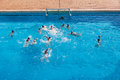 Wasserball swimmingpool aktion Stockbild