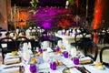 Udalosť tabuľky biely a purpurová svadobná hostina dekorácie