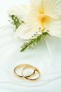 Wedding rings with orchid bouquet a Royalty Free Stock Photography