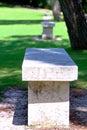 Weißer Stein benches Reihe in einem Park Stockfotografie