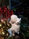 Weißes eichhörnchen unter den weihnachtsdekorationen Stockfoto