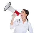 Weiblicher Doktor Shouting In Megaphone Stockfoto