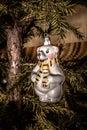 Weihnachten toy polar bear mit dem schal der am weihnachten tre hängt Lizenzfreie Stockbilder