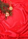 Weihnachtsdekorationen auf einem roten Hintergrund Lizenzfreie Stockfotos