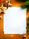 Weihnachtsgrußkarte mit Papier auf rotem backg Stockfotos
