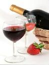 Weinglas mit Rotwein und Erdbeere Stockbilder