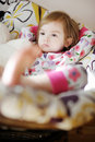 Weinig droevig meisje in pyjama's op zonnige ochtend Stock Afbeelding