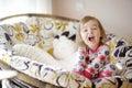 Weinig grappig meisje in pyjama's op zonnige ochtend Royalty-vrije Stock Foto's