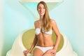 Wellness - ung kvinna som flottörhus i Spa i badkar Royaltyfri Bild