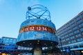 Wereldprikklok op alexanderplatz in berlijn duitsland bij schemer Stock Afbeelding