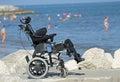 Invalidný vozík invalidný na mólo z skaly podľa more