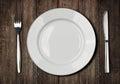 Biely doska nôž a vidlica na starý drevený stôl