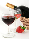 Wineglass com vinho vermelho e morango Imagens de Stock