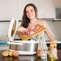Žena varenie elektrický