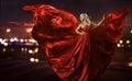 Žena tanec v hedvábí šaty umělecký foukání