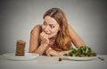 Žena rozhodovanie o tom či na jesť zdravý jedlo alebo sladký sušienky ona túžba