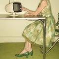 Žena vytáčení čísla televize
