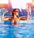 Žena mať zábava v bazén