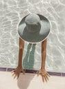 Mujer en sol en piscina