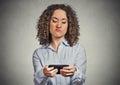 Žena nešťastný naštvaný podle někdo na její mobilní telefon zatímco textové zprávy