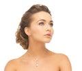 Žena nošení lesklý diamant náhrdelník