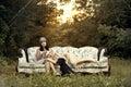 Mujeres en moda en antiguo sofá