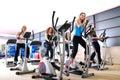 Ženy pracovné von na spriadanie bicykle na telocvičňa