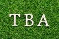 Drevo abeceda v slovo z na byť na umelý zelená tráva