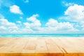 Dřevo stůl na modrý more nebe