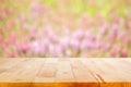 Dřevo stůl na rozmazat květina zahrada